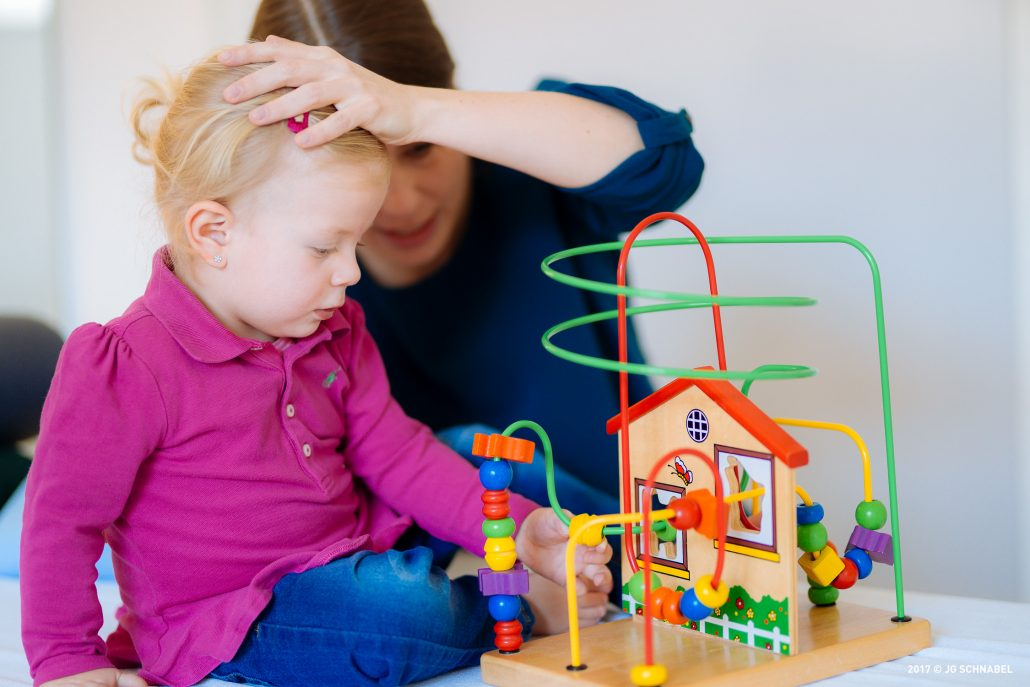 Kinderosteopathin Sonja Jelineck bei der Arbeit