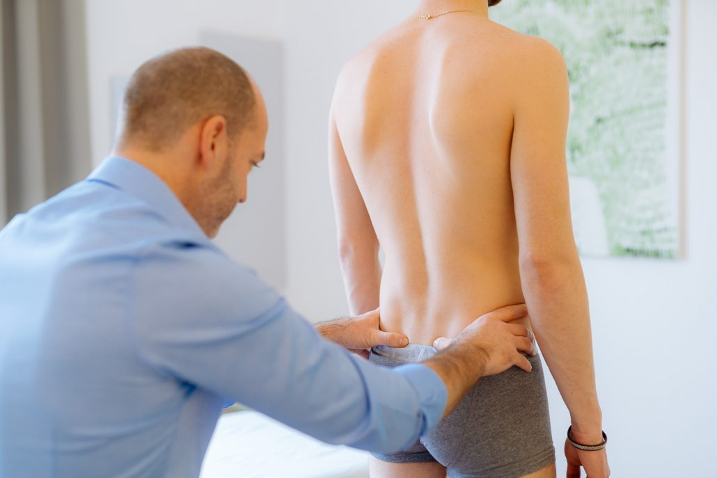 Ein Mann wird von Osteopath Andreas Zapff behandelt