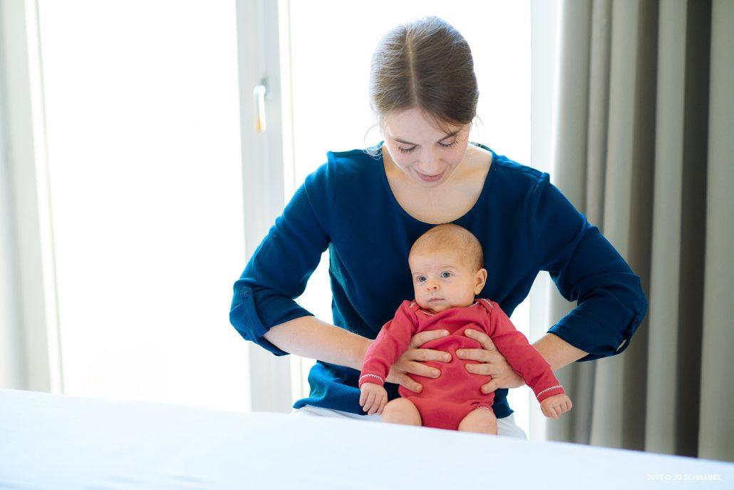 Kinderosteopathin Sonja Jelineck mit einem Baby