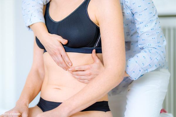 Frau wird im manutherapeuticum ZAPFF behandelt
