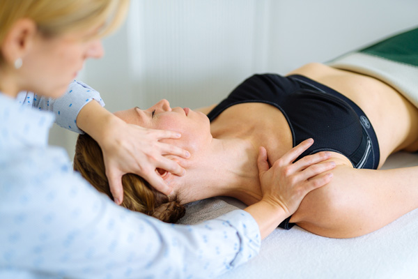 Osteopathin Tamara Hussendörfer behandelt eine Frau