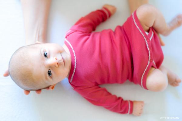 Baby mit pinkem Strampler