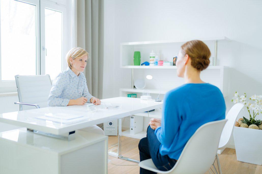 Osteopathin Tamara Hussendörfer im Gespräch mit einer Patientin