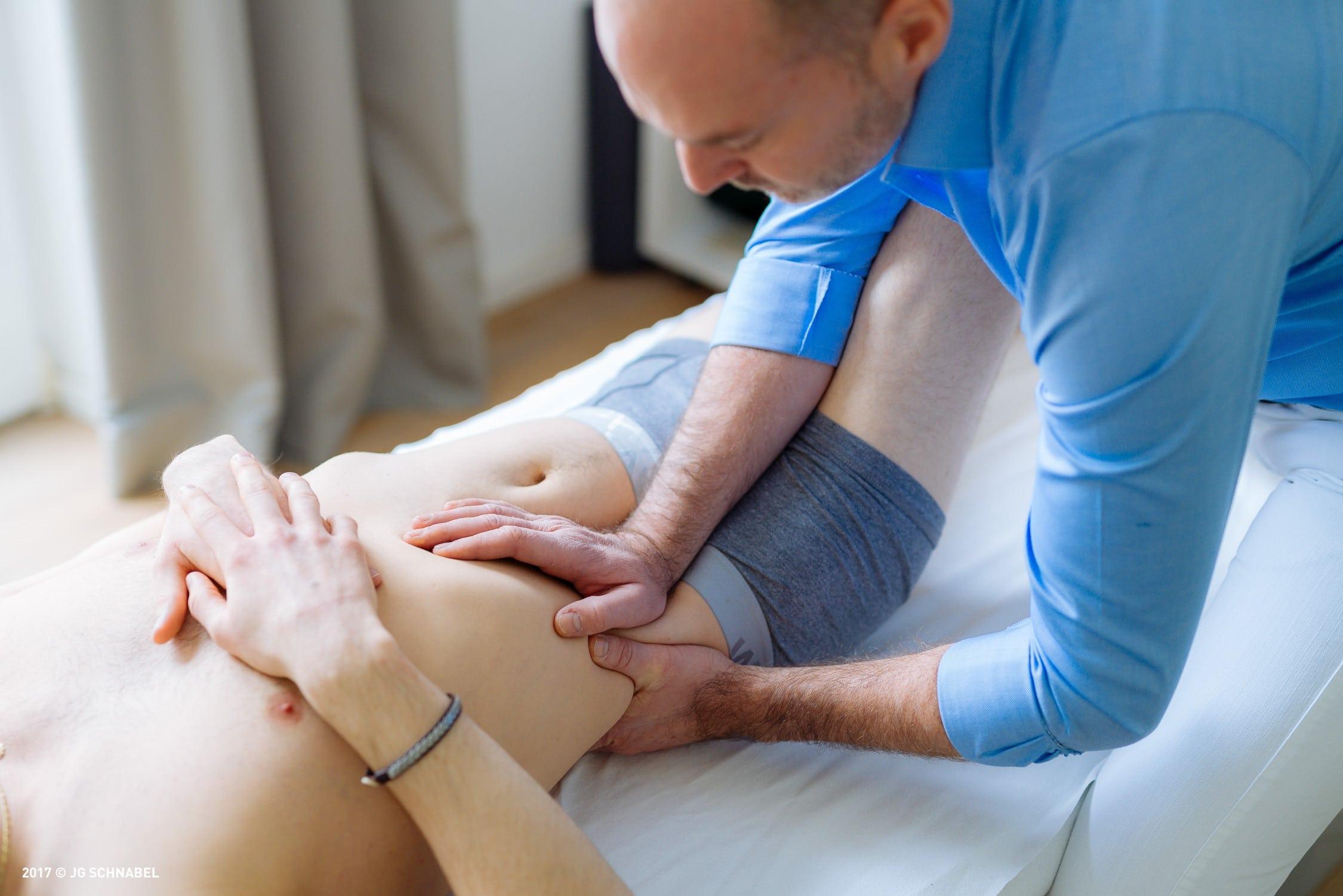 Osteopath Andreas Zapff bei der Arbeit